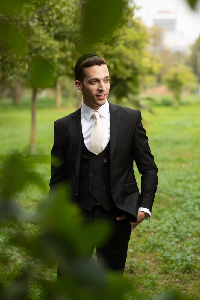 החתן בצילומי הכנה בפארק הירקון בתך אביב
