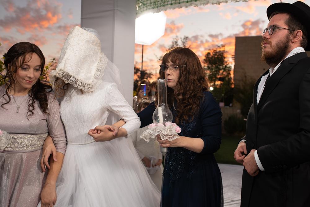 הכלה מסובבת את החתן הנרגש..