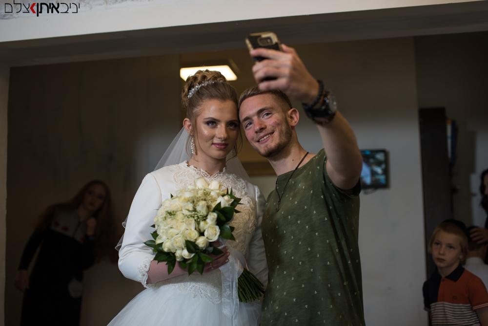 צילום סלפי של הכלה ואחיה רגע לפני החתונה