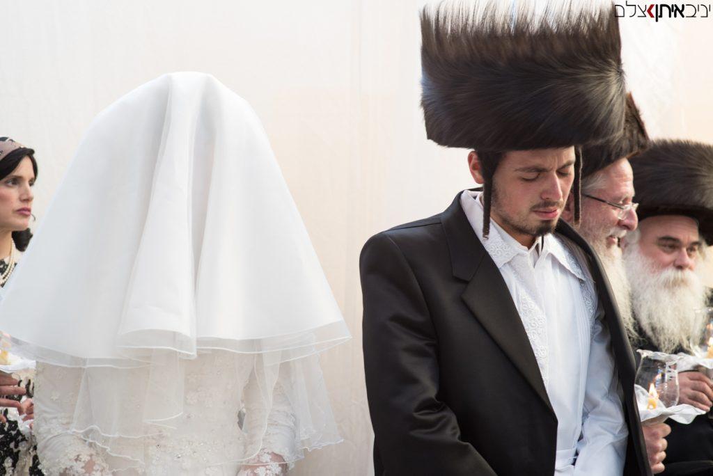 החתן והכלה ברגשות התעלות של קדושה בחופה