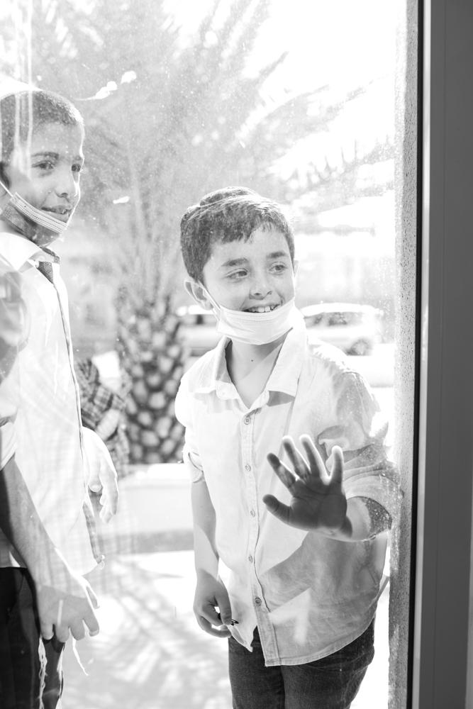 ילדים משקיפים מבעד לחלון בית הכנסת בעלייה לתורה