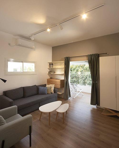 סלון של דירה תל אביבית עם מבט לחוץ