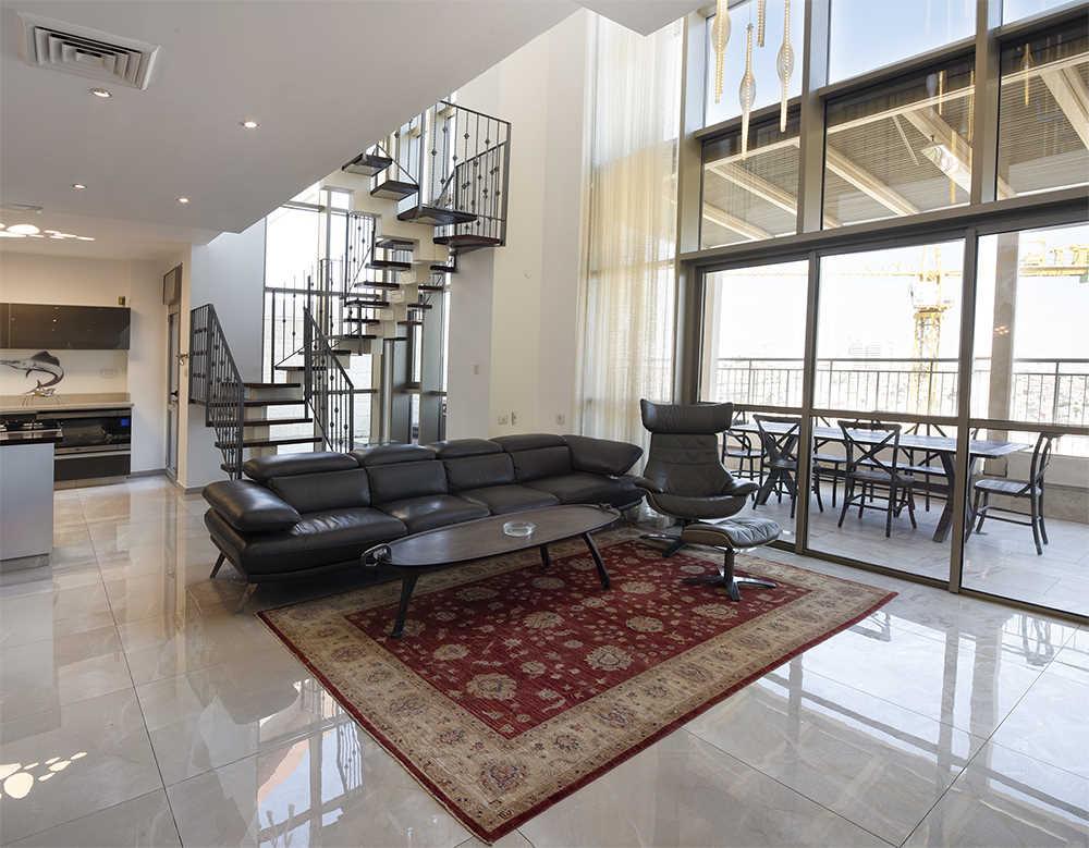 מבט לסלון בבית ירושלמי למכירה
