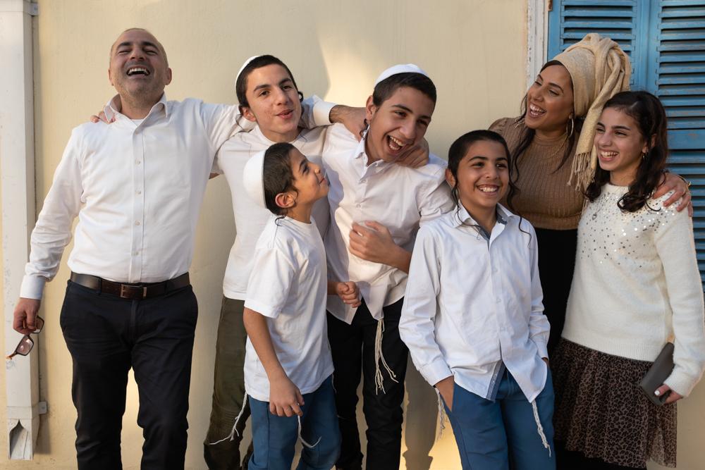משפחה דתית צוהלת ושמחה