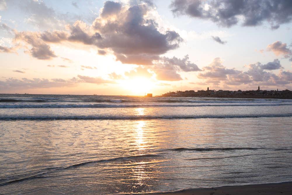 שקיעה מרהיבה בחוף הים בעכו