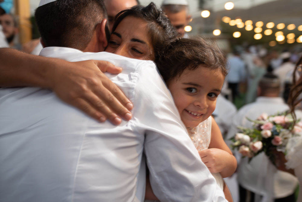 החתן מלווה בחיבוקים אחרי החופה