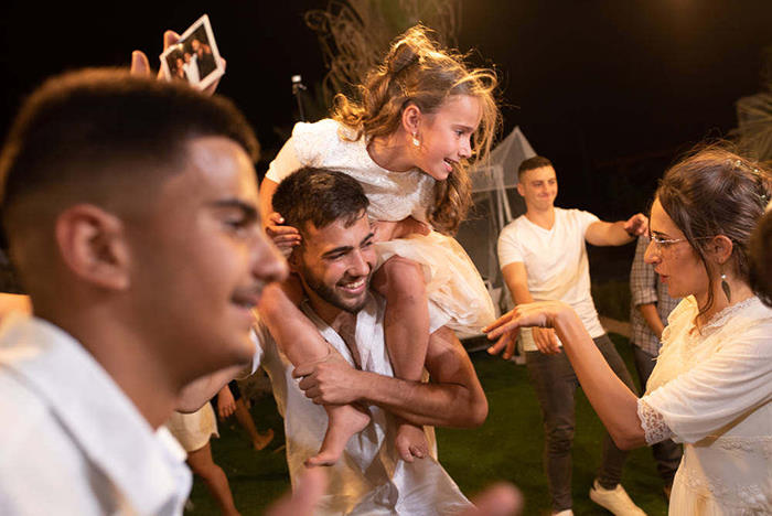 שמחת ההתרגשות מתועדת דרך עין המצלמה בחתונה דתית במדבר