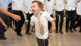 צלם בר מצווה חרדי תופס את הרגע בריקודים