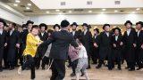 ילדים חרדים רוקדים באירוע חתונה