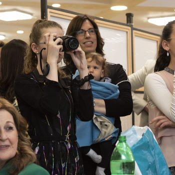 הצלם מצלם את הצלמת בעזרת הנשים