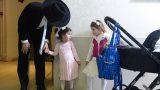 תפיסת רגע של ילדות חרדיות מחזיקות ידיים