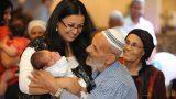 האמא הגאה והשמחה בשמחת ברית המילה - צילום עם הסבא אחרי החיתוך בברית