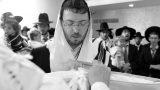 האבא מברך את התינוק באירוע בבני ברק