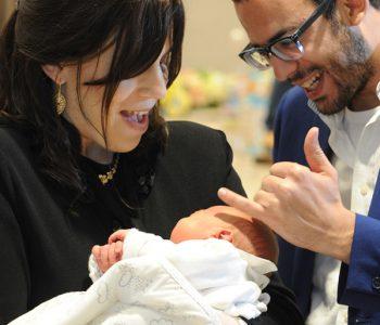 ההורים מתרגשים בתמונה משפחתית עם התינוק